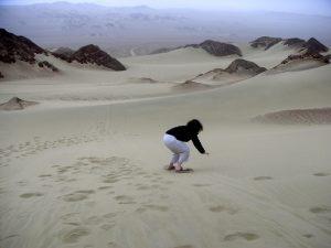 Sra. Schwarz attempting to sandboard in Ica.